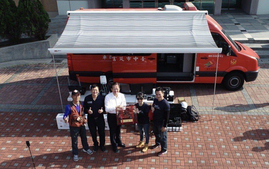 空拍機廠商大疆創新科技,昨天捐贈5台最新型的P4P空拍機給台中市政府消防局。圖/...