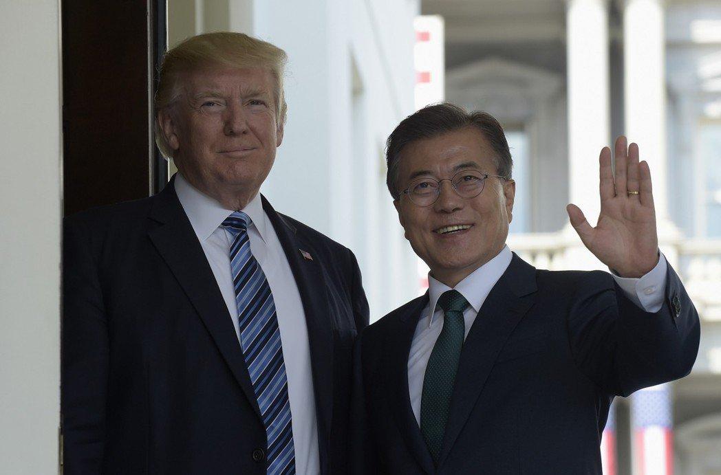 南韓總統文在寅(右)和美國總統川普(左)2017年6月會談檔案照。美聯社