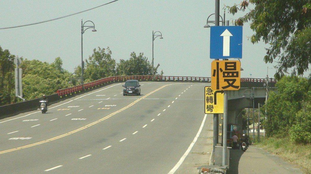 162線榮林陸橋是交通要道,橋下有台鐵火車通行。記者謝恩得/攝影