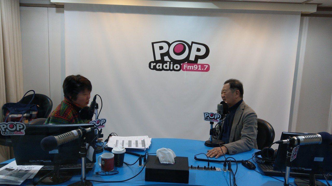 台大政治系教授李錫錕(右)上午接受「POP搶先爆」主持人黃光芹專訪。記者楊正海/...