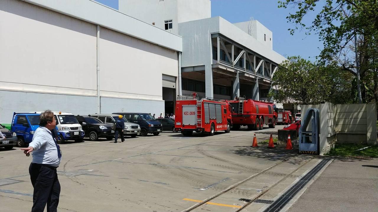 華航飛機維修廠上午發生火災,華航表示,維修廠的屋頂防水施工過程中,施工廠商機器過...