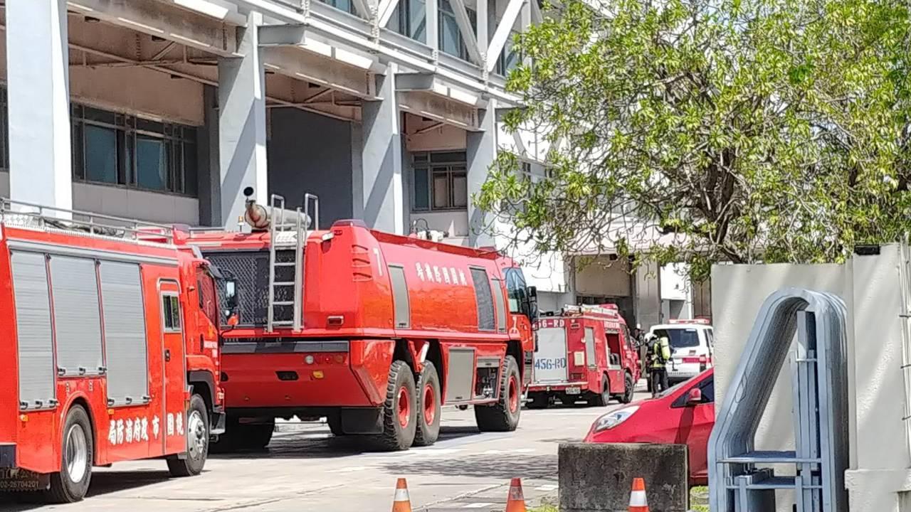 華航飛機維修廠上午發生火災,華航表示,維修廠的屋頂防水施工過程中華航飛機維修廠起...