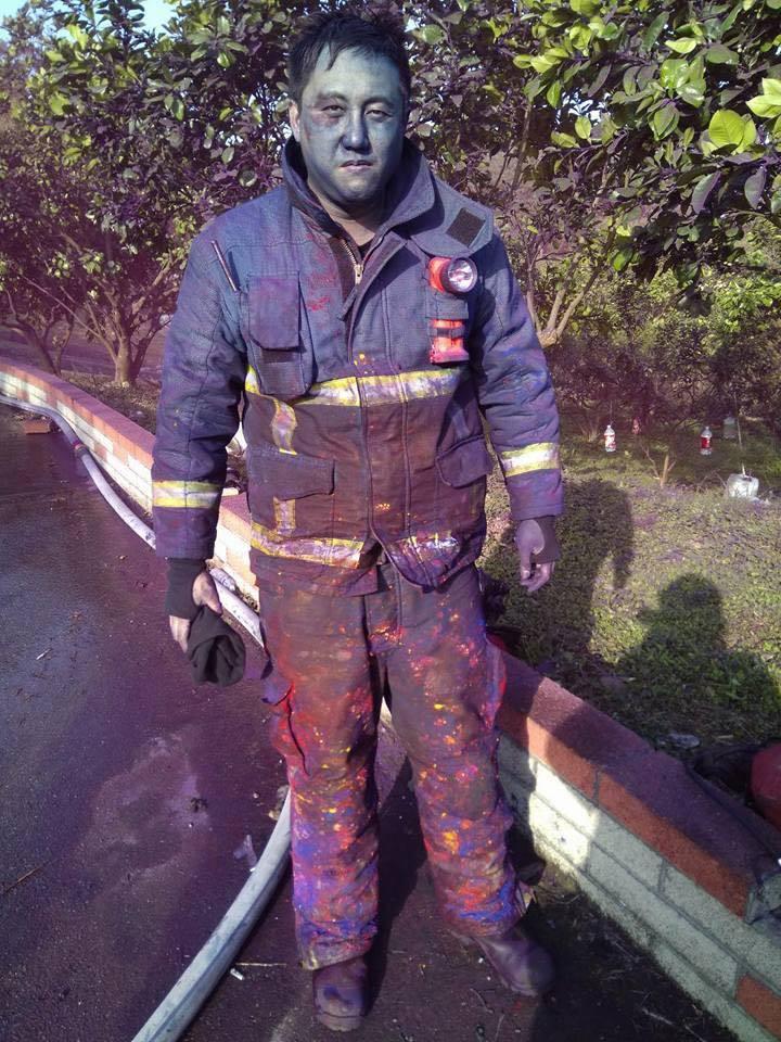 消防弟兄打完火,全身都是油墨。圖╱取自北海黃德清粉絲頁