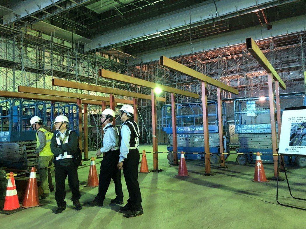 勞動部長許銘春今日率隊到桃園國際機場第二航廈擴建工程進行勞檢。記者陳妍霖/攝影