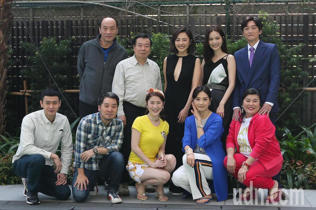 演員王自強(後排左起)、廖峻、小八、曾之喬、柯宇綸、劉冠廷(前排左起)、導演李中