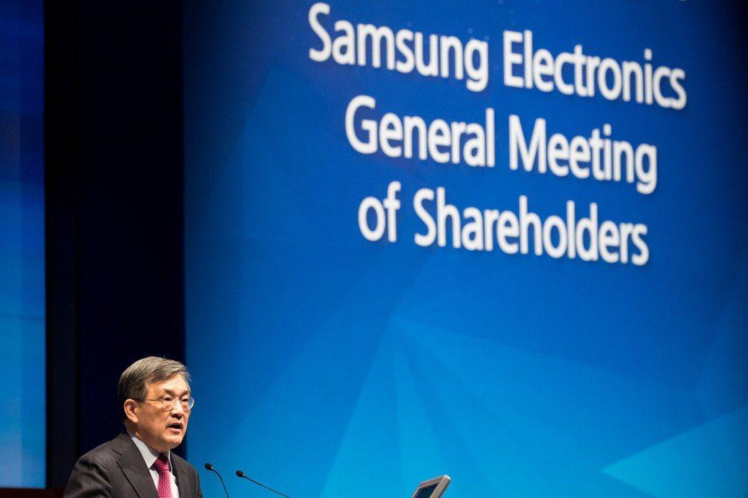 三星董事長權五鉉表示,預料貿易保護主義和地緣政治風險造成的不確定性將延續整個20...