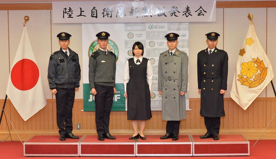日本陸上自衛隊22日展示新制服,其中包括女性官兵的孕婦裝。圖/引自陸上自衛隊臉書