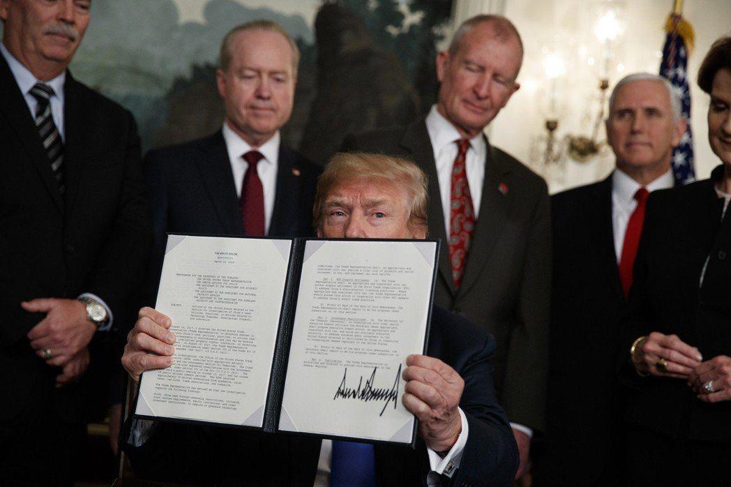 美國總統川普22日簽署貿易備忘錄,將對中國大陸銷往美國的貨品,課徵高達6000億...