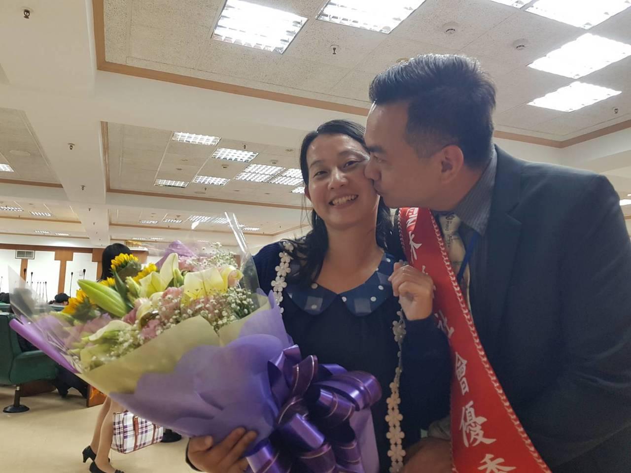 雲林家扶中心社工督導王耀慶(右)與妻子莊芯雅(左)從大學開始交往,二人更一起攜手...