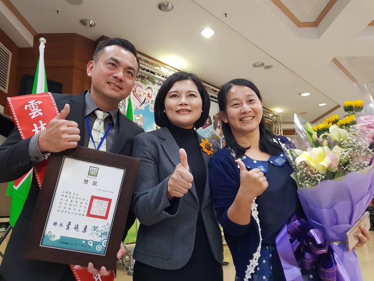雲林家扶中心社工督導王耀慶(左)與妻子莊芯雅(右)從大學開始交往,二人更一起攜手...