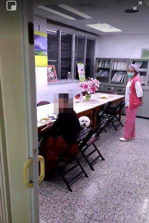 花蓮醫院一名護理師昨晚不顧保全人員勸阻帶寵物進入醫院,引起撻伐。圖/翻攝臉書