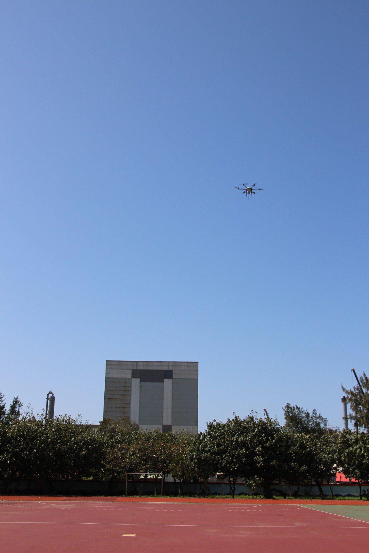 桃園市環保局和中原大學環控防災科技中心合作,開發無人機搭載空汙無線偵測儀,未來將...