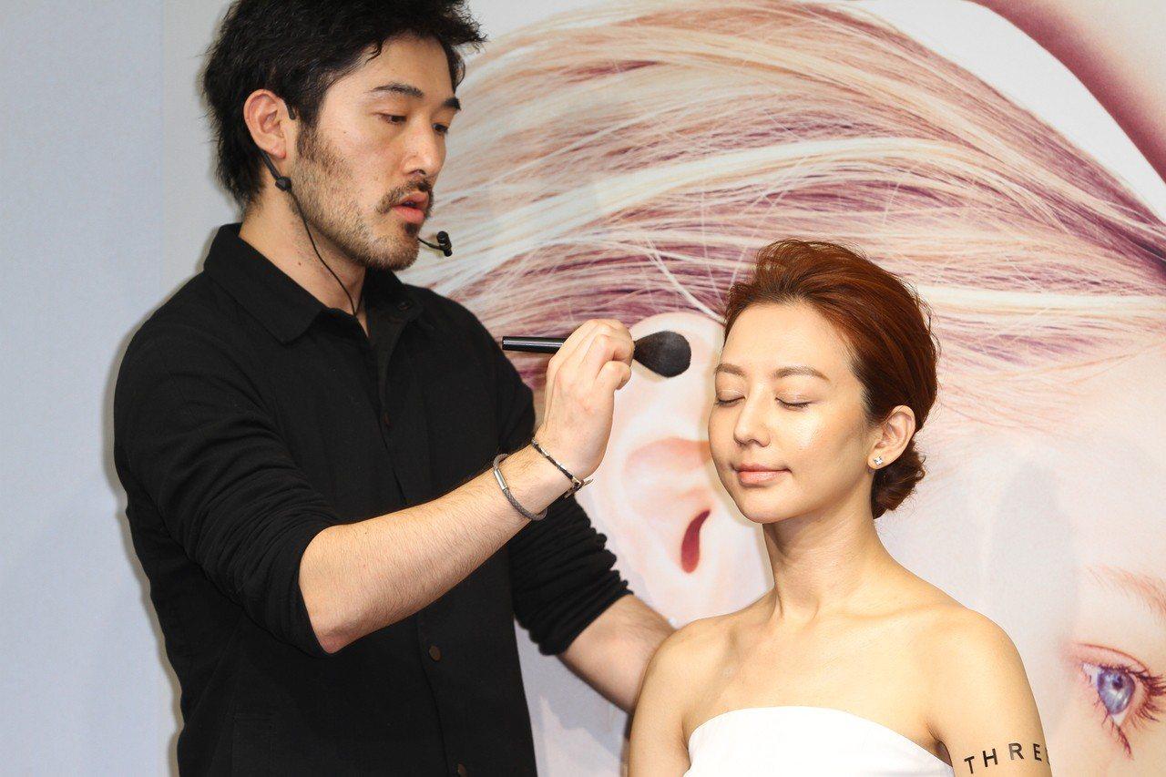 THREE首席彩妝大師佐藤裕太提醒,蜜粉的使用量不宜過多,因為這樣會讓妝感太明顯...