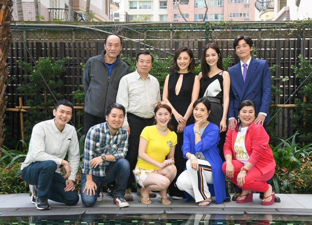 電影「喜從天降」開放媒體探班,前排左起為劉冠廷、導演李中、百白、方季惟、林美秀,