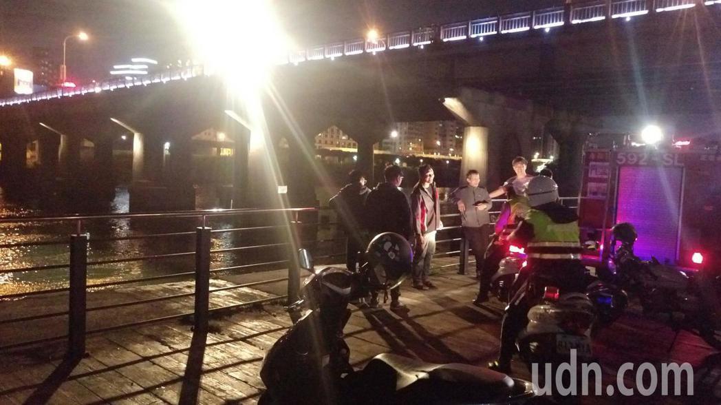 新北市消防局今天晚上6時許接獲民眾報案,指稱看到一名女子從中正橋跳水尋短,台北市...