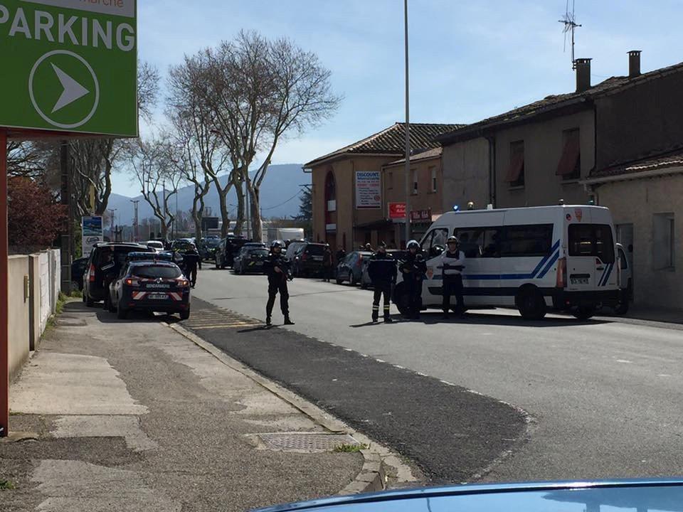 法國警方在案發的超市外面警戒。路透