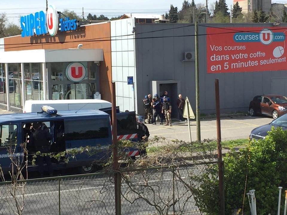 法國警方包圍案發的超市。路透
