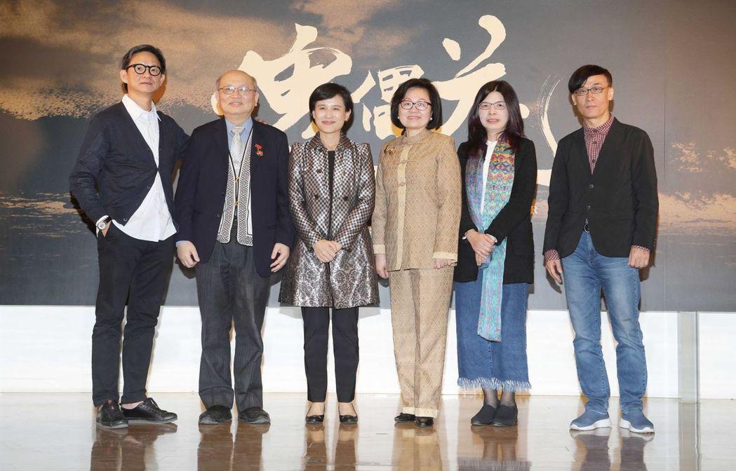 導演曹瑞原(左起)、原著作者陳耀昌、文化部長鄭麗君、公廣集團董事長陳郁秀、編劇施