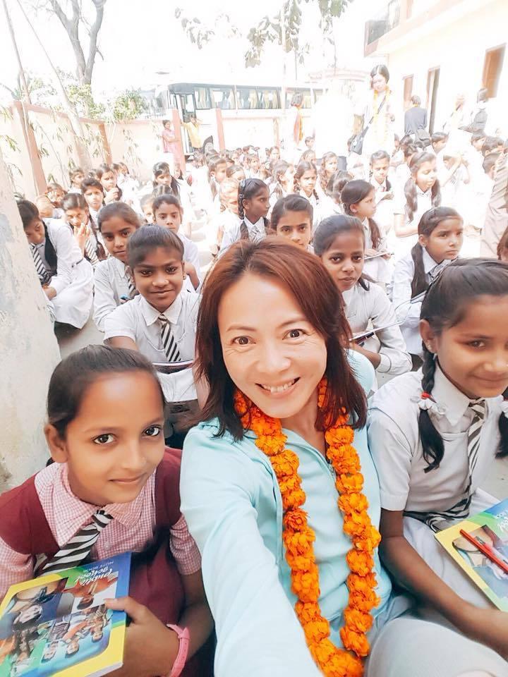 柯淑勤赴印度朝聖,還到當地孤兒院當志工發放文具。圖/摘自臉書