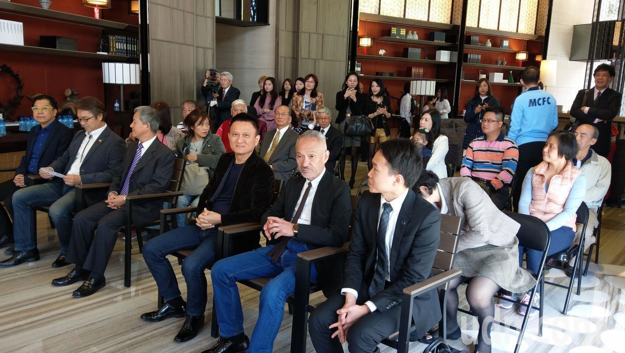 日本建築師高松伸(前排右二)來台參訪自己設計的寶鴻建設「清美」大樓,並與住戶交流...
