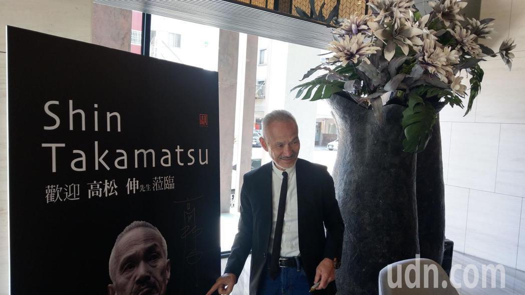 日本建築師高松伸(前排右二)來台參訪寶鴻建設「清美」大樓,並與住戶交流。記者趙容...