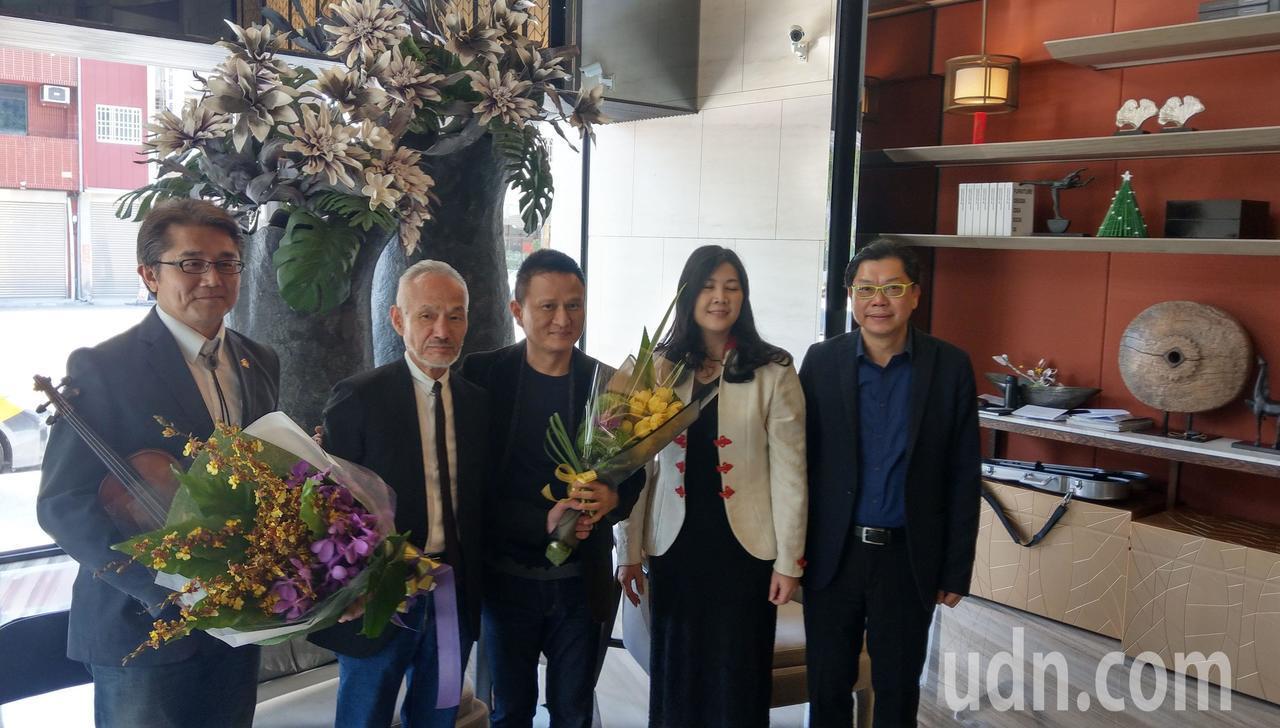 日本建築師高松伸(左二)來台參訪寶鴻建設「清美」大樓,並與住戶交流。記者趙容萱/...