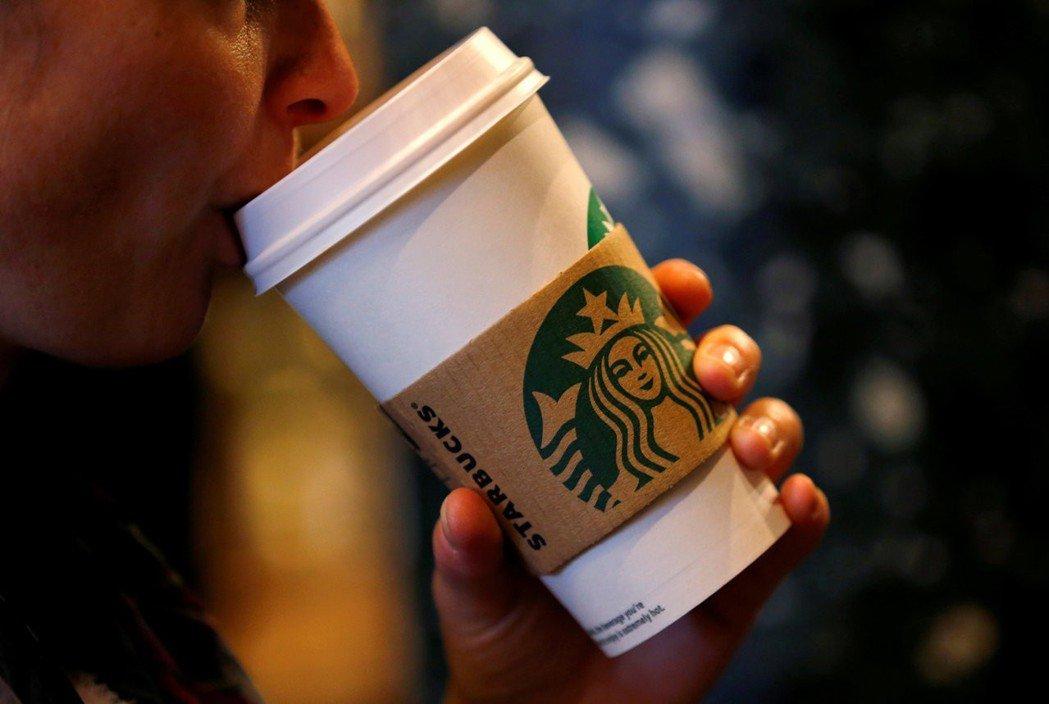 星巴克舉辦環保杯材設計比賽,徵求可提高回收性的杯子設計創意。(路透)