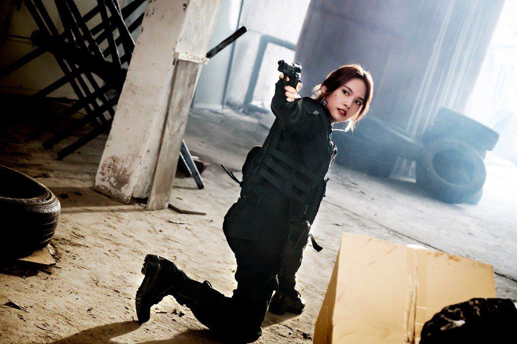楊丞琳全副武裝扮槍手,完美動作一氣呵成。圖/八大提供