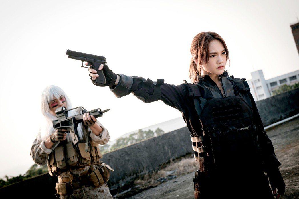 楊丞琳、藍正龍持槍對決。圖/八大提供