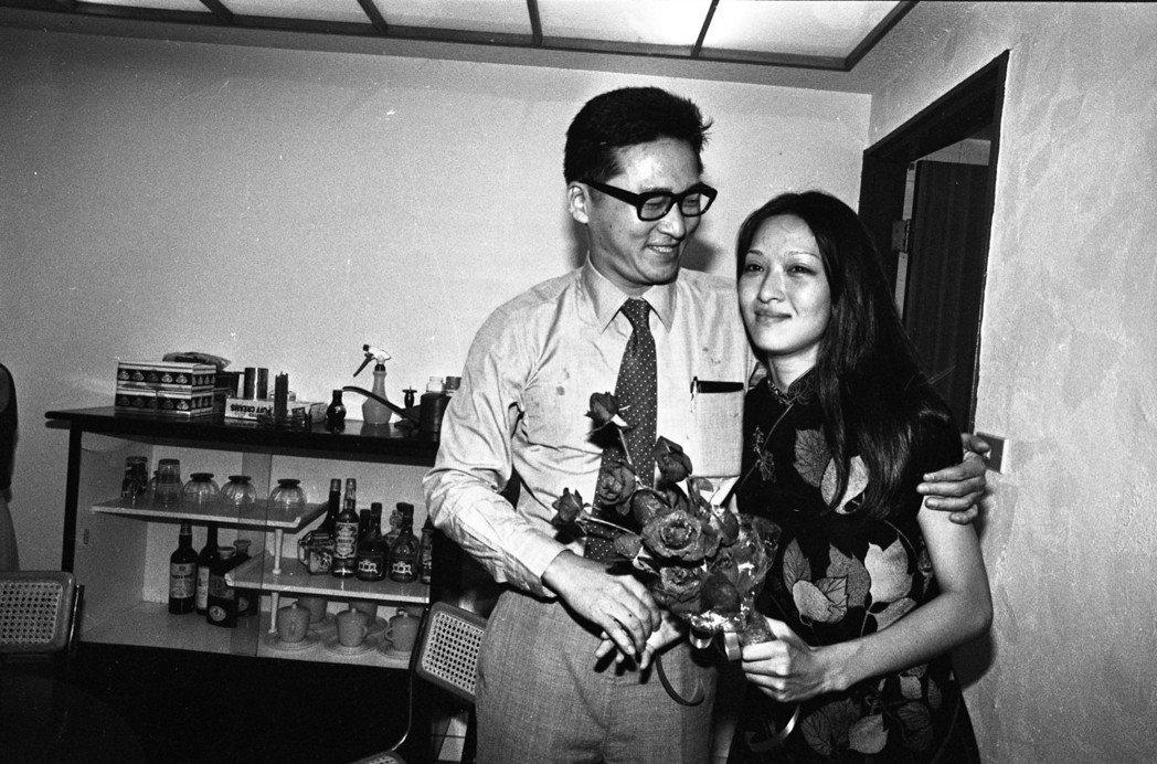 李敖帶著一束玫瑰來與胡因夢離婚。圖/報系資料照片