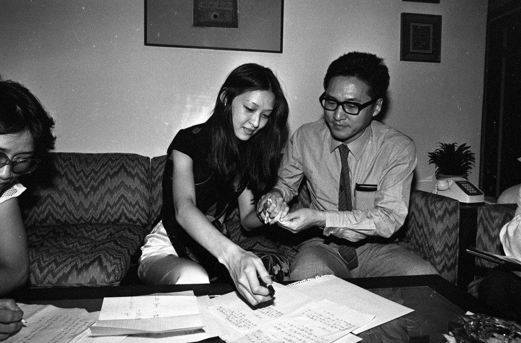 胡因夢和李敖簽離婚協議書時臉上表情平和,沒有火藥味。圖/報系資料照片