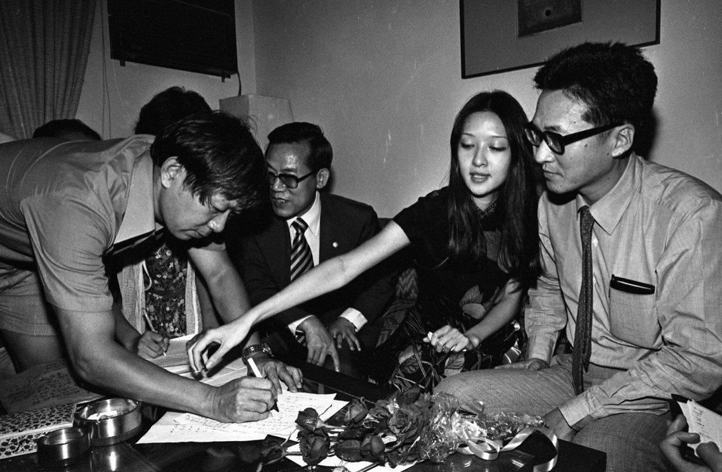 胡因夢與李敖在滿屋子媒體記者與證人前簽妥離婚。圖/報系資料照片