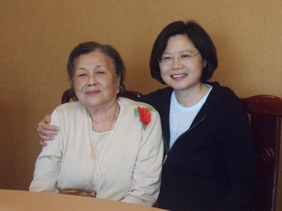 蔡總統在臉書貼文表示,「今天跟媽媽送別的儀式已經完成,謝謝媽媽生我養我,您永遠會...