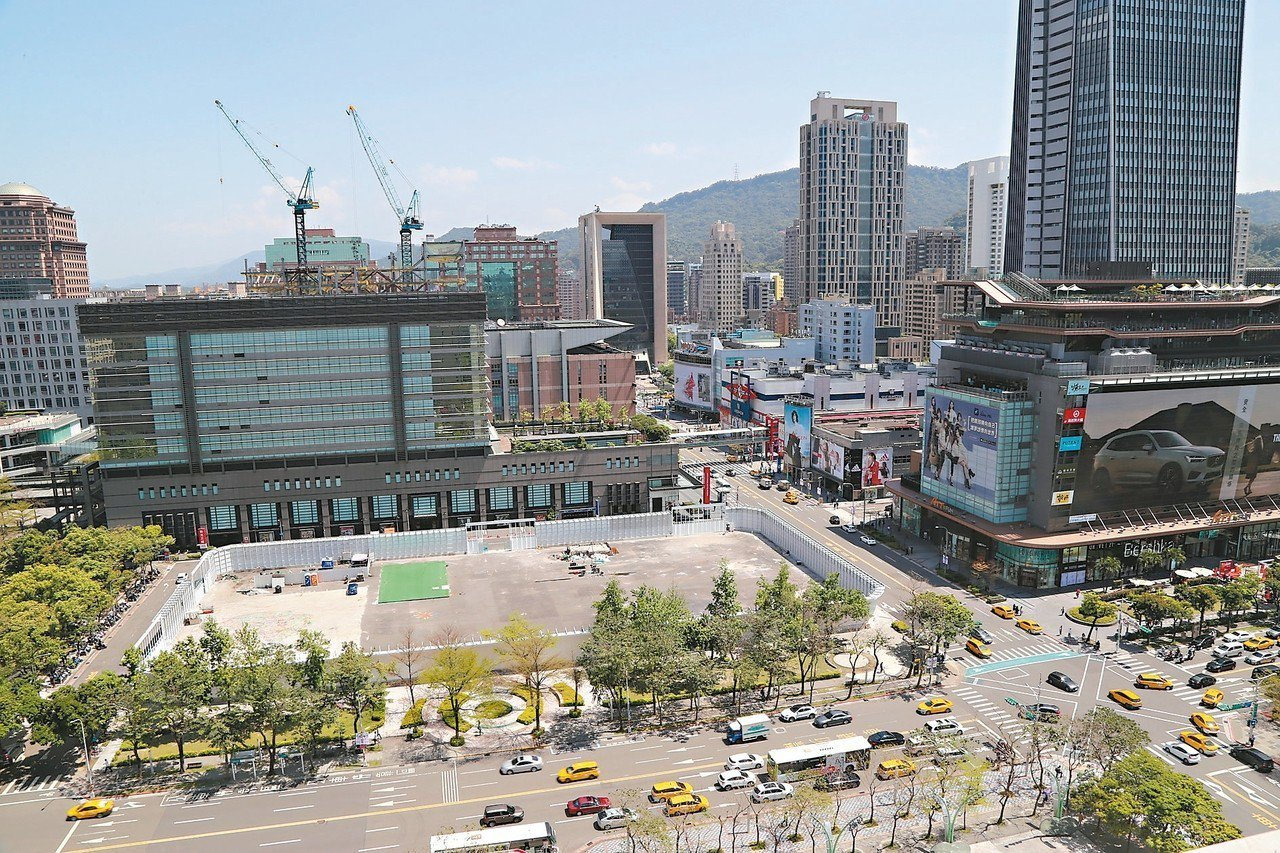 開發商碩河公司斥資300億元,在北市信義區A7基地興建46層綜合大樓,並重建當年...