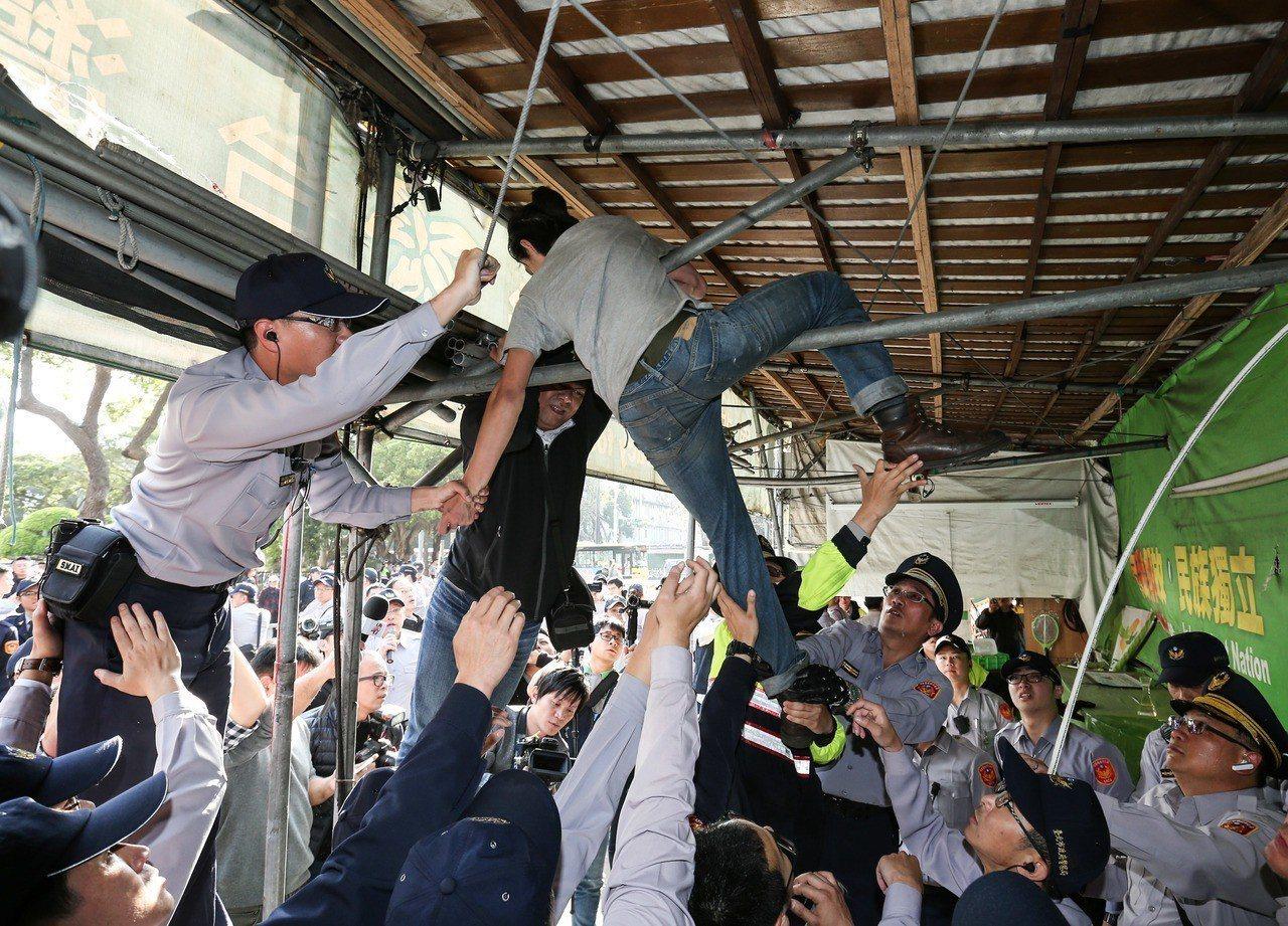 「公投護台灣聯盟」成員遭警方強制驅離。 記者陳柏亨/攝影