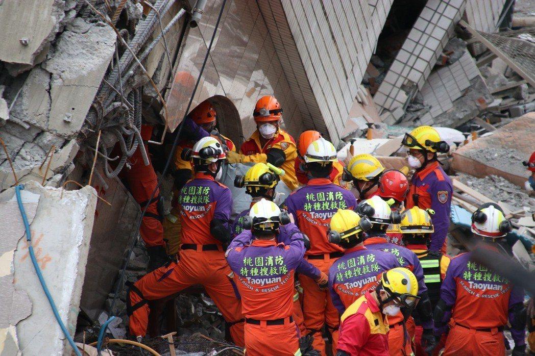 搜救隊員在傾斜、瀰漫屍臭大樓內尋找生還者,身心背負龐大的壓力。 圖/桃園市消防局...
