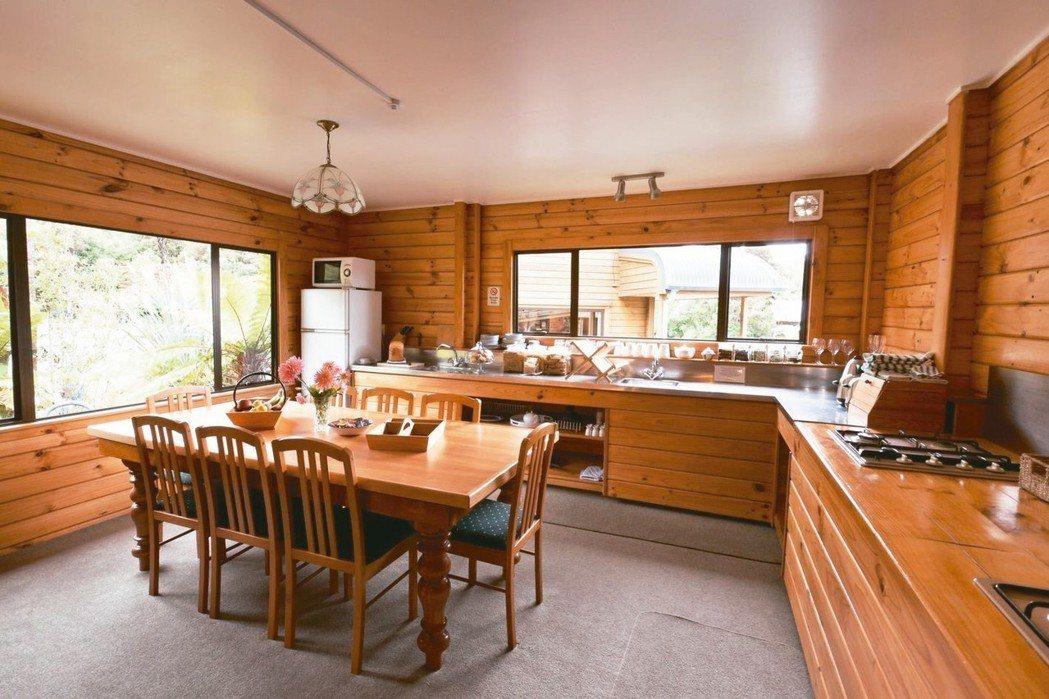木製家具鄉村風,讓居家環境溫馨而舒適。 Booking.com/提供