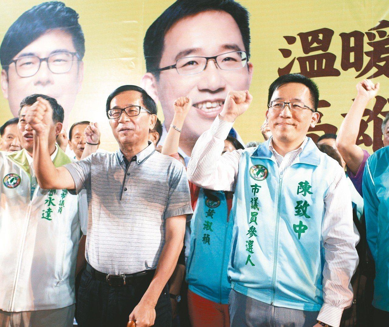 前總統陳水扁(左二)參加3月17日陳致中的造勢晚會,兩人在台上一起呼口號。台中監...