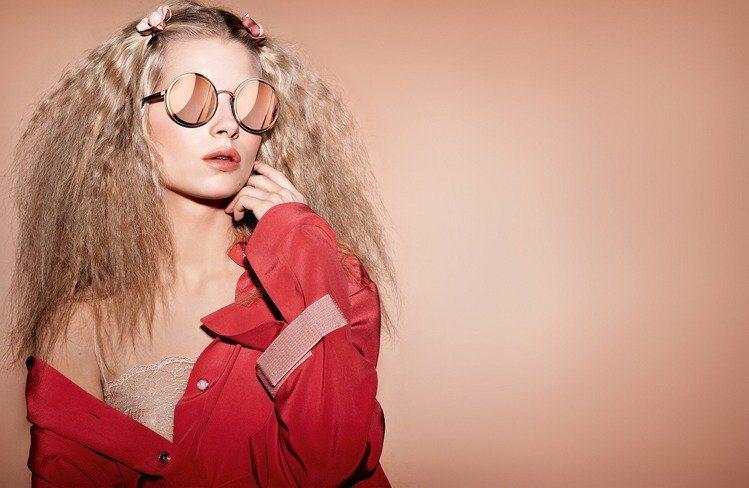Lottie Moss是香奈兒2017春夏眼鏡代言人。圖/香奈兒提供