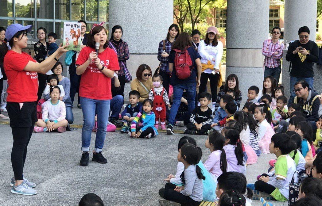 小朋友們專注聆聽故事。 臺北大學/提供。