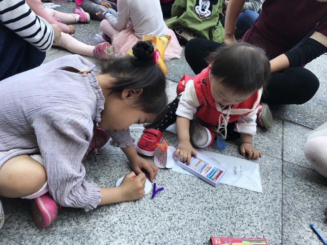 小朋友們專心製作手工。 臺北大學/提供。