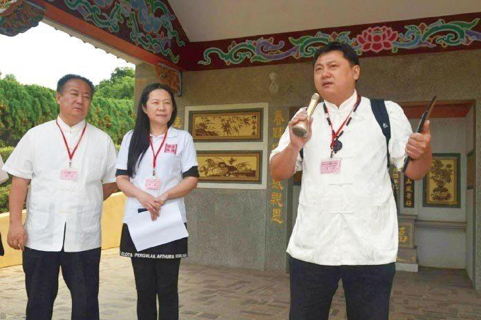 全國總會榮譽理事長黃宏洋講解正新輪胎的家族墓,引發與會者的熱烈討論。
