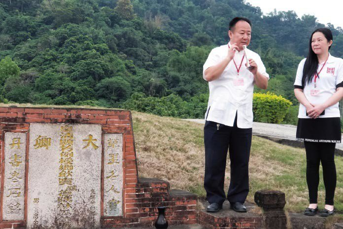 全國總會輔導理事長謝沅瑾講解這塊風水寶地的奧妙之處,右為全國總會理事長張淯。