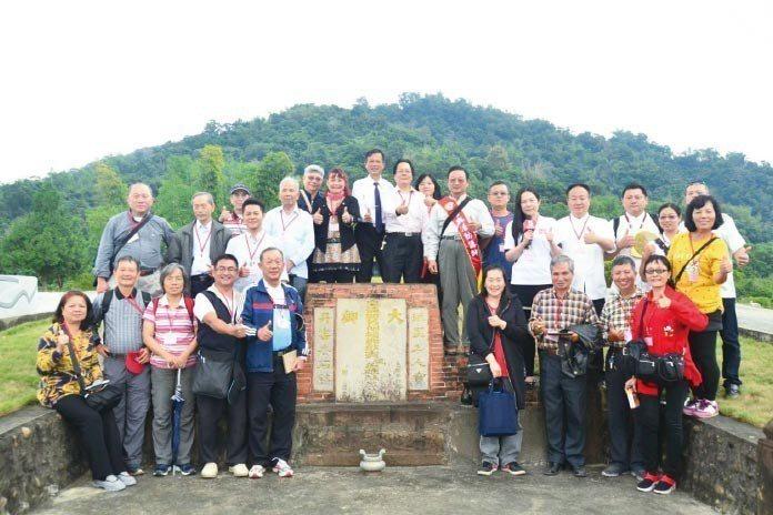 中華星相易理堪輿師協進會成員於萬丹山生命紀念園合影。