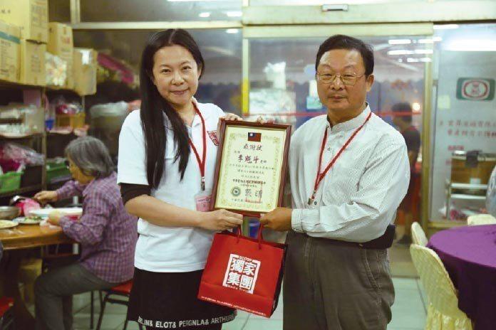 全國總會理事長張淯致贈感謝狀與紀念品給常務理事李魁斗,並合影見證。