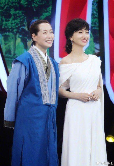 葉童(左)、趙雅芝(右)。圖/摘自微博