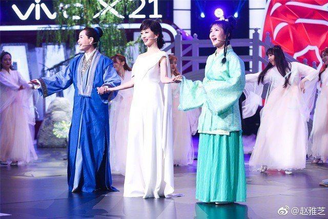 「許仙」葉童(左起)、「白蛇」趙雅芝及「青蛇」陳美琪重現「新白娘子傳奇」。圖/摘...