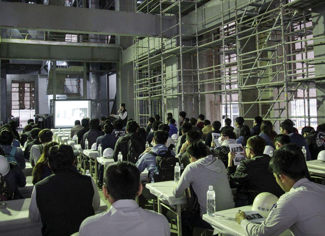 逢甲大學學生在「聯聚中雍大廈」工地內,學習建築設計、工法。記者趙容萱/攝影