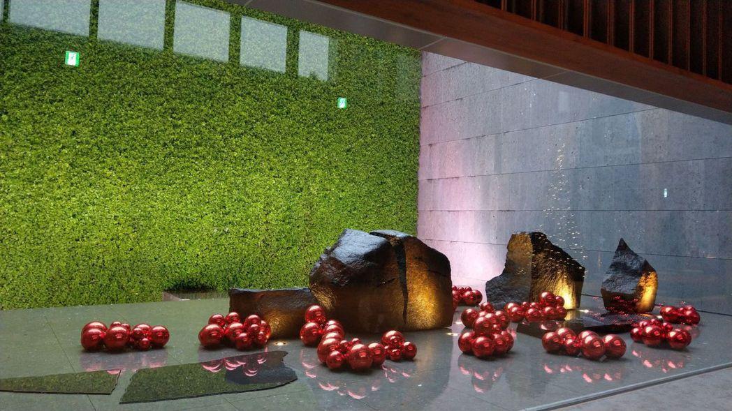 由鉅「大恆」大廳,淺水池立著和泉正敏的石雕作品。記者趙容萱/攝影