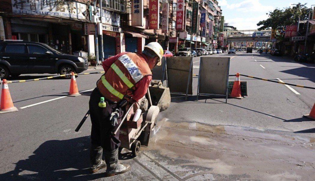 新北市工務局為管理錯複雜的地下管線,建立完整資料庫,並推出電子智慧化,開發APP...